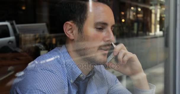 Telefonáty a kávu před prací
