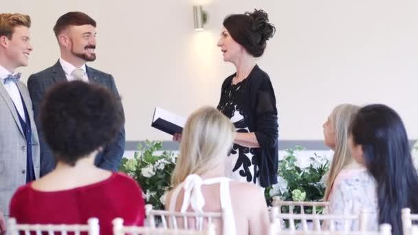 Férfi pár cseréje fogadalmat az esküvő napján