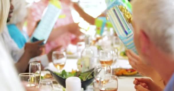 Tavolo Compleanno Uomo : Regali vengono passati lungo tavolo alla festa cena compleanno