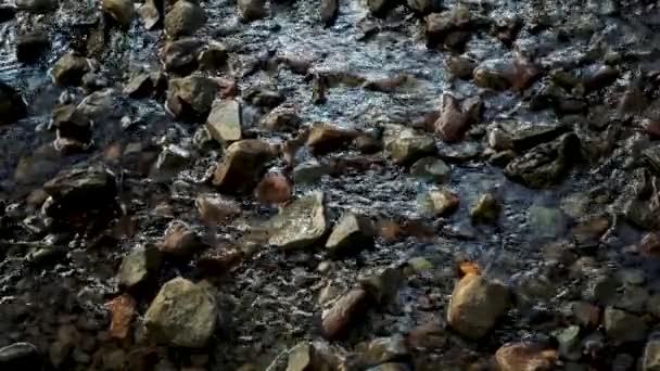 Voda v potoce nad skály