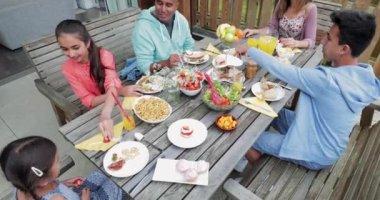 Vysoký úhel pohled na rodinu snídani mimo rekreační chata