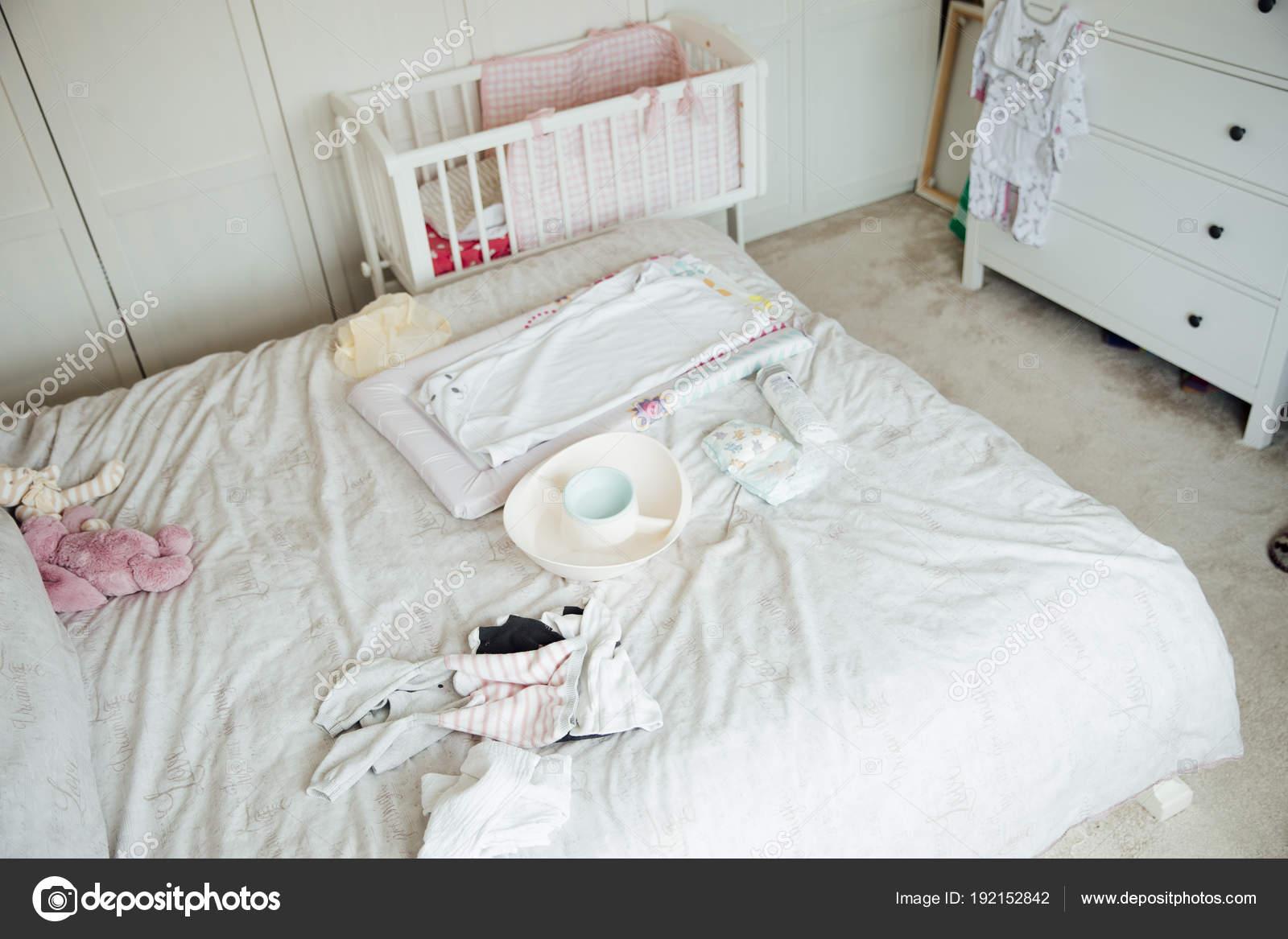 Baby uitrusting op Bed van de ouders — Stockfoto © DGLimages #192152842