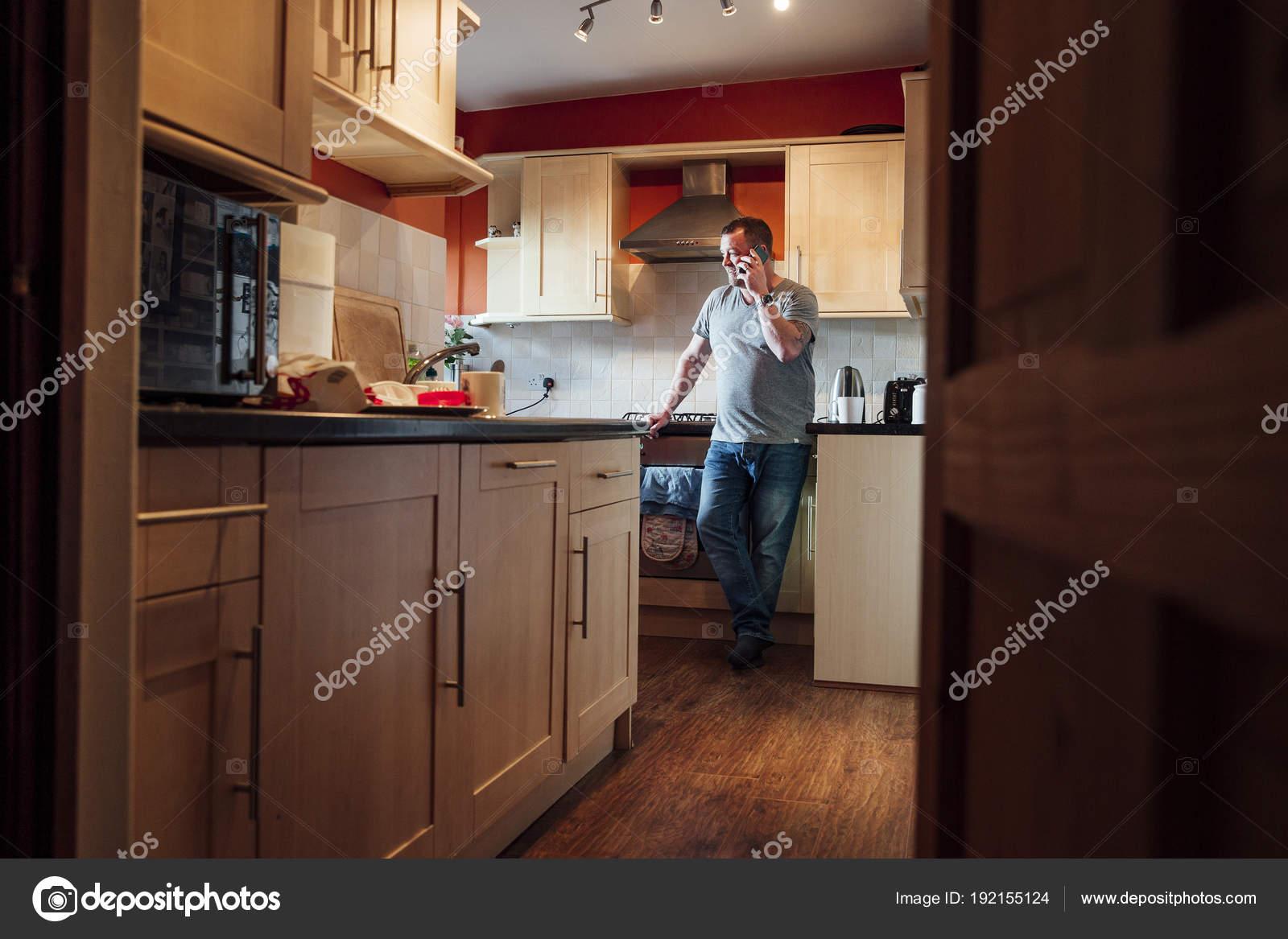 Hombre Maduro Está Pie Cocina Casa Mirando Por Ventana Mientras ...