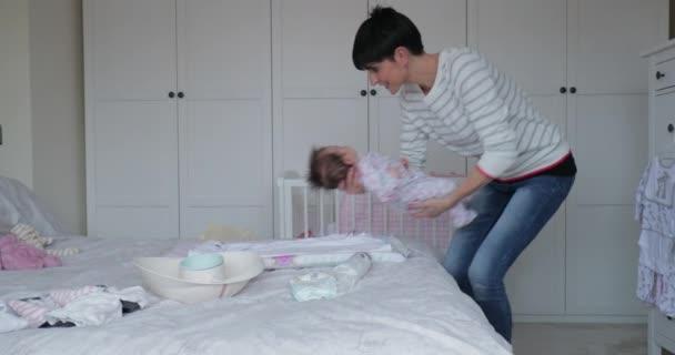 Miminko má za sebou její čistý její matka na manželskou postel. Matka je upevnění dítěte roste zároveň hraví