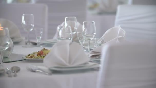 Tisch mit Blumen und Kerzen dekoriert
