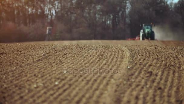 zemědělský traktor výsev a pěstování pole