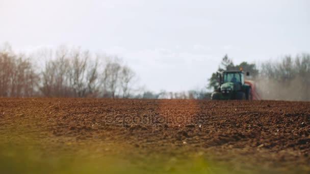 trattore agricolo semina e la coltivazione di campo