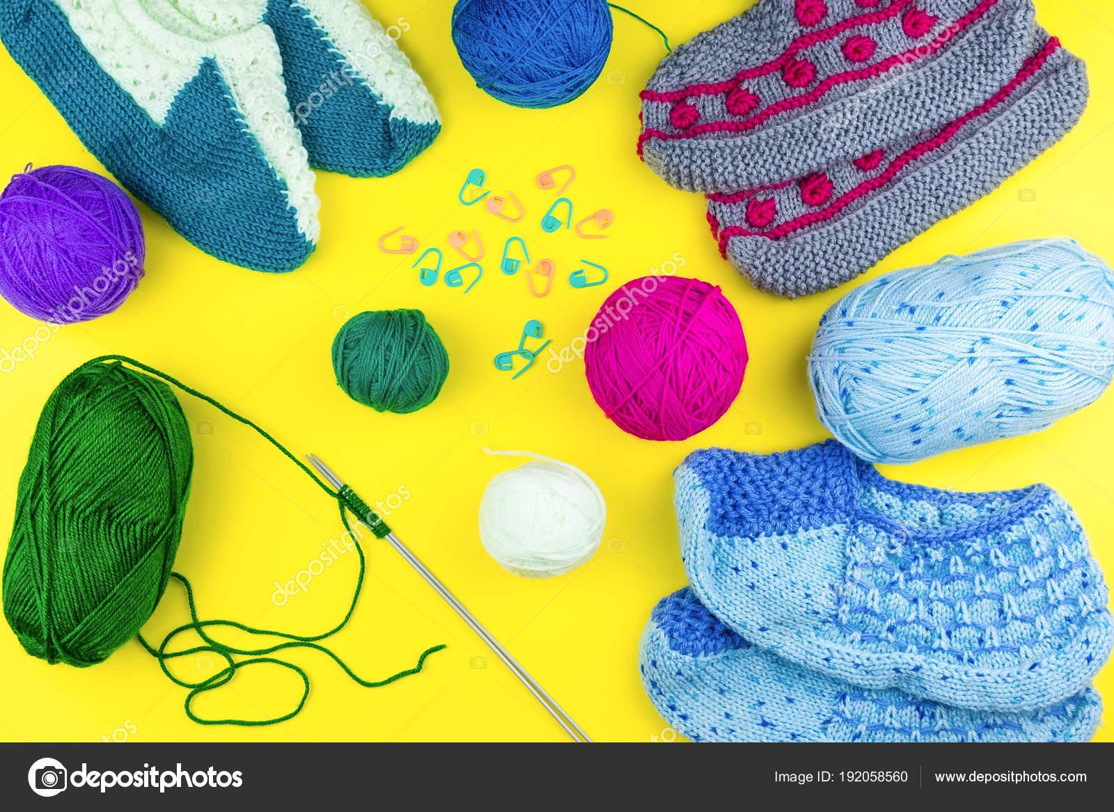Dívka plete ponožka pletací jehlice na žlutém podkladu — Fotografie od ... a55ccd874e