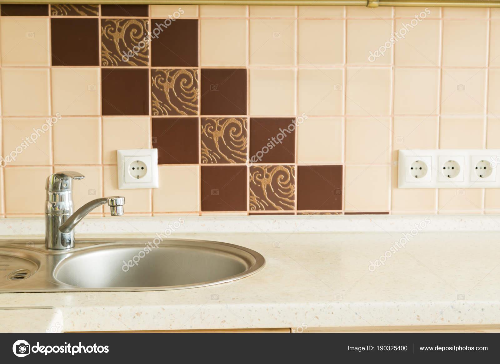 Tavolo da cucina con bancone della cucina di sfocatura — Foto Stock ...