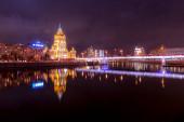 Hotel Ukrajna vagy Radisson, tükröződik a Moszkva folyó. Éjszaka