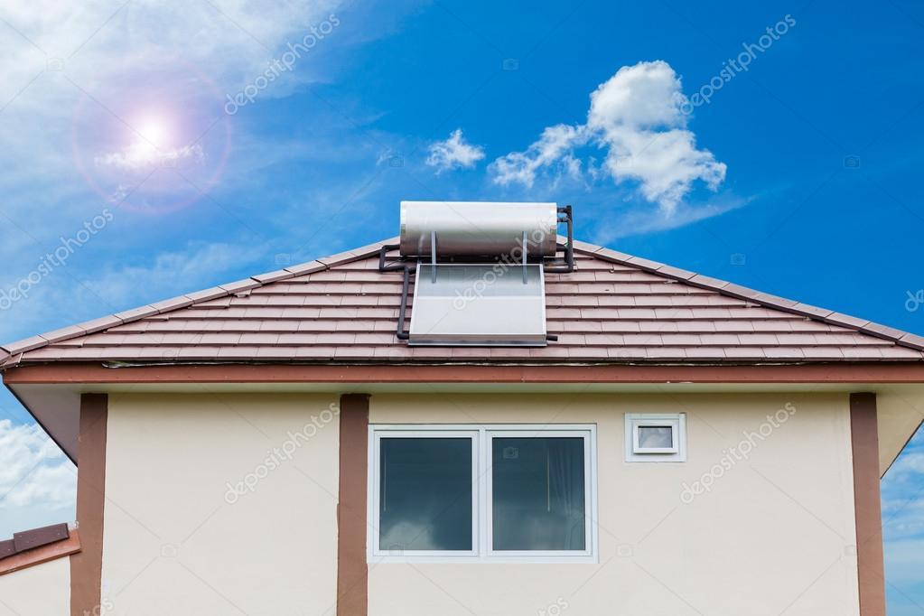 Solaranlage Fur Warmwasser System Auf Dach Auf Blauen Himmel Und