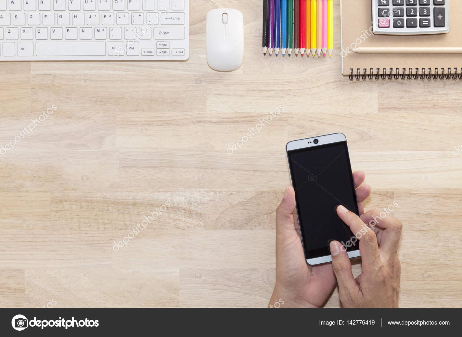Main l homme utilisation tablette smartphone avec table en bois