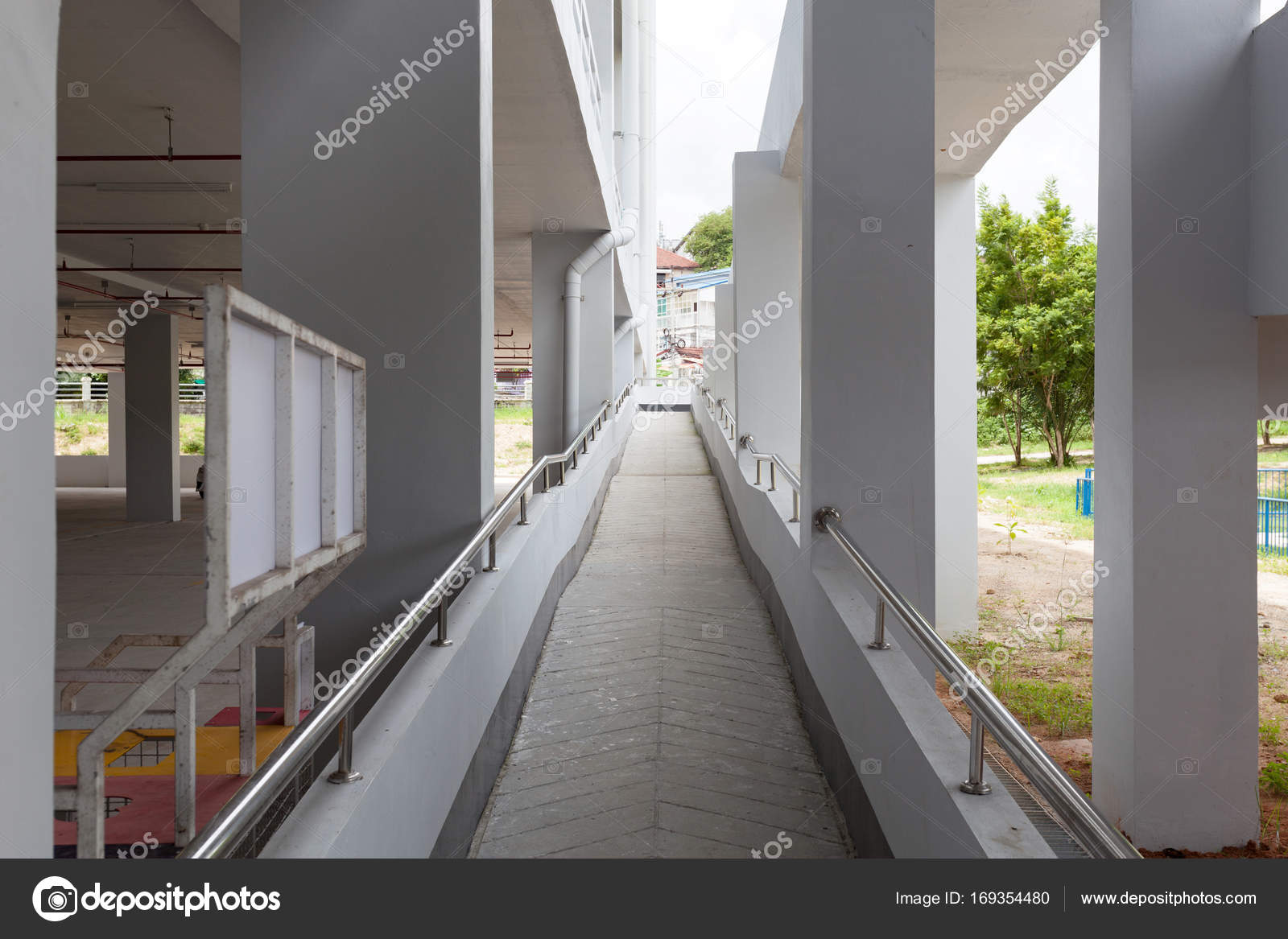 promenade dans un bâtiment industriel moderne — photographie