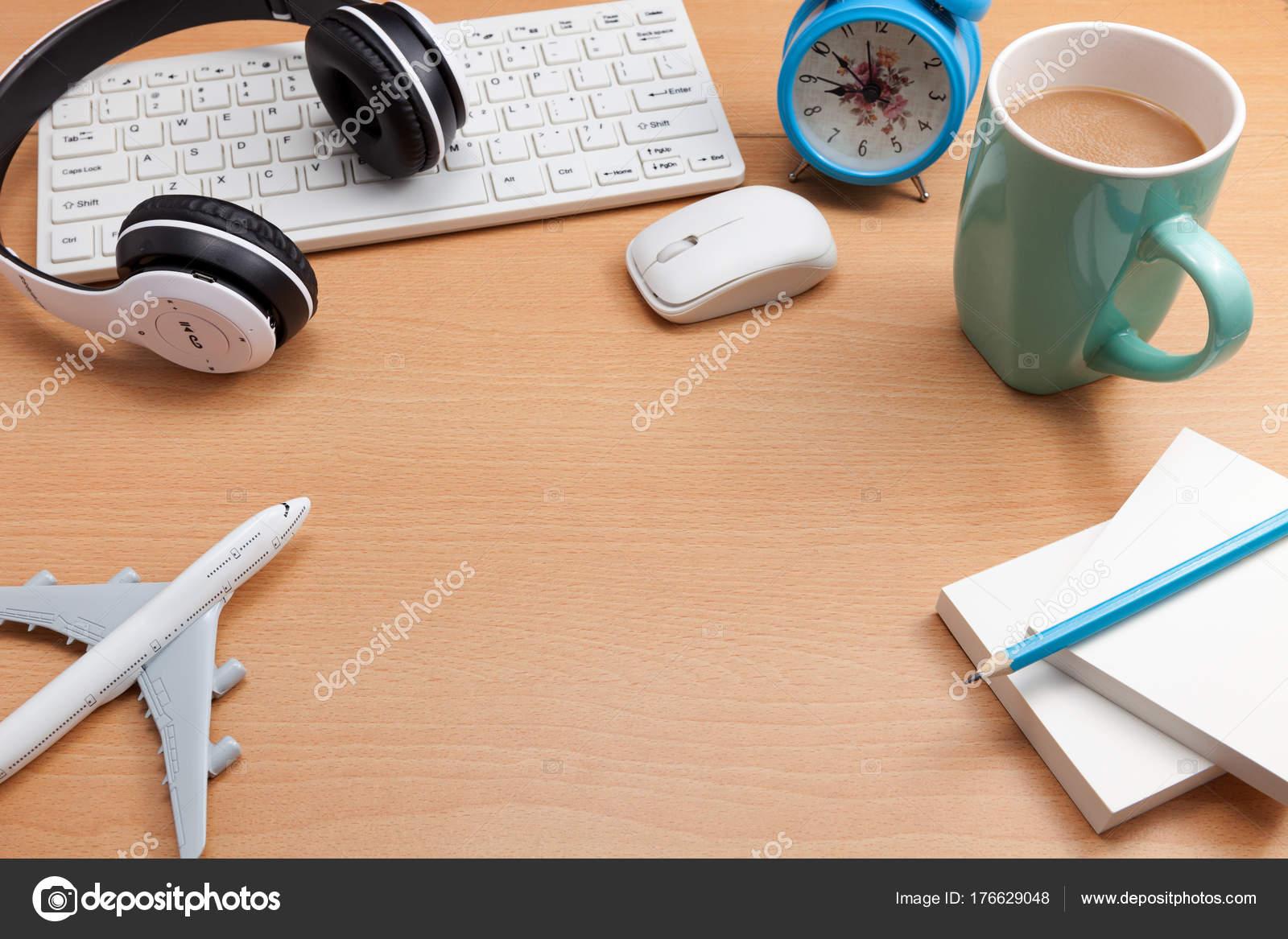 Scrivania Ufficio Oggetti : Oggetti di business sulla scrivania in ufficio con il modello dell