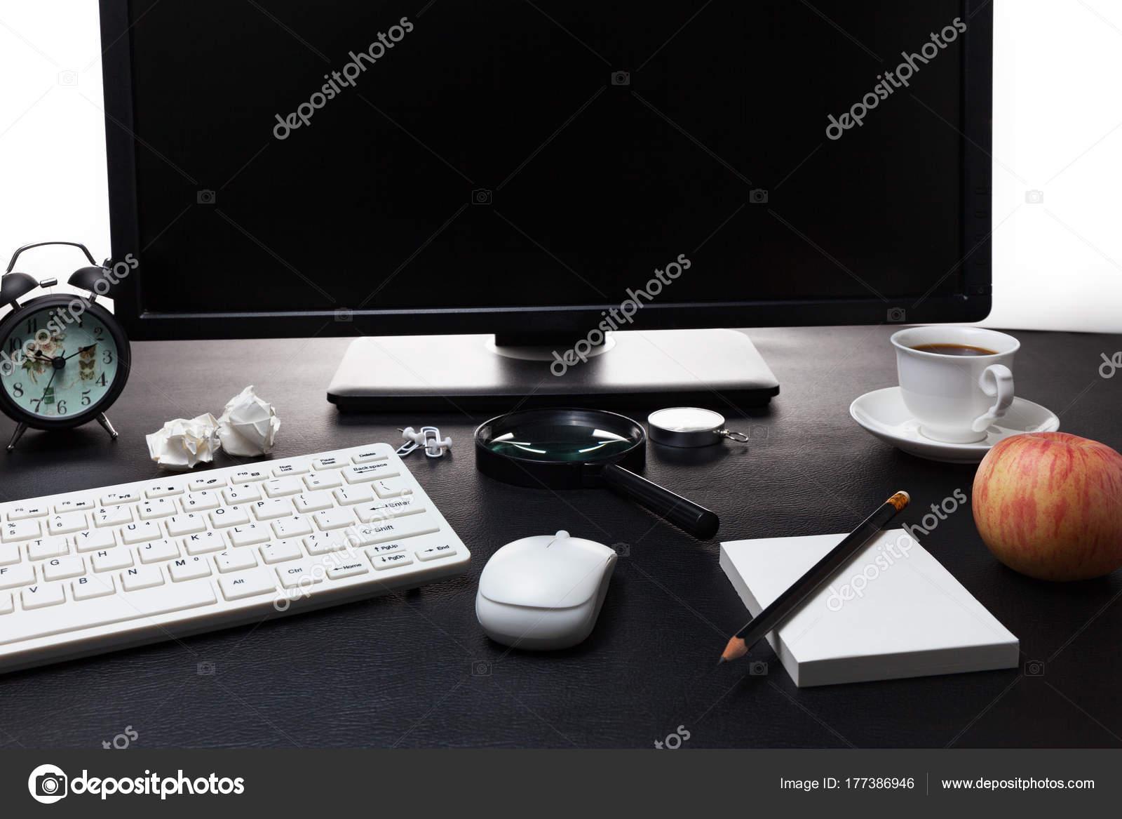 Oggetti Da Ufficio : Scrivania da ufficio con il pc e gli oggetti business sul tavolo