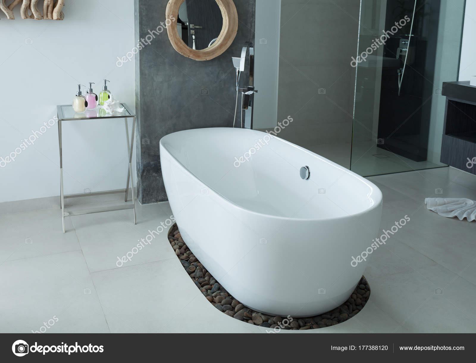 Vasca Da Bagno Design Moderno : Moderno bagno interno vasca da bagno u foto stock panya