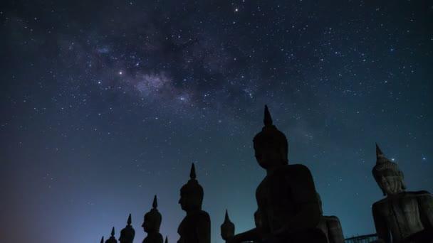 Časová prodleva sochy velkého Buddhy s galaxie Mléčné dráhy v Nakhon si thammarat Province, Thajsko