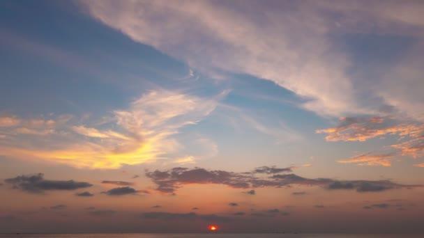 4k timelapse krásného světla přírody a mraků křižování na obloze západ slunce večerní čas