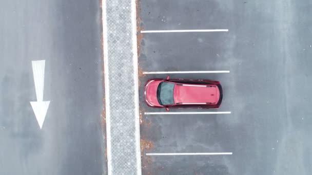 Shora dolů Letecký pohled Dron záběr červené SUV auto na parkovišti Outdoor