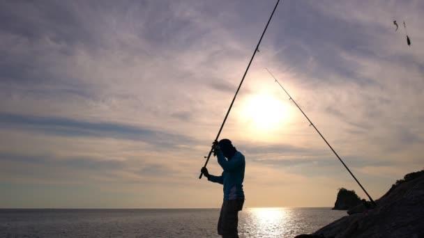 Silhouette a halász a sziklák tengerpart Phuket Thaiföld gyönyörű naplemente vagy napkelte idő
