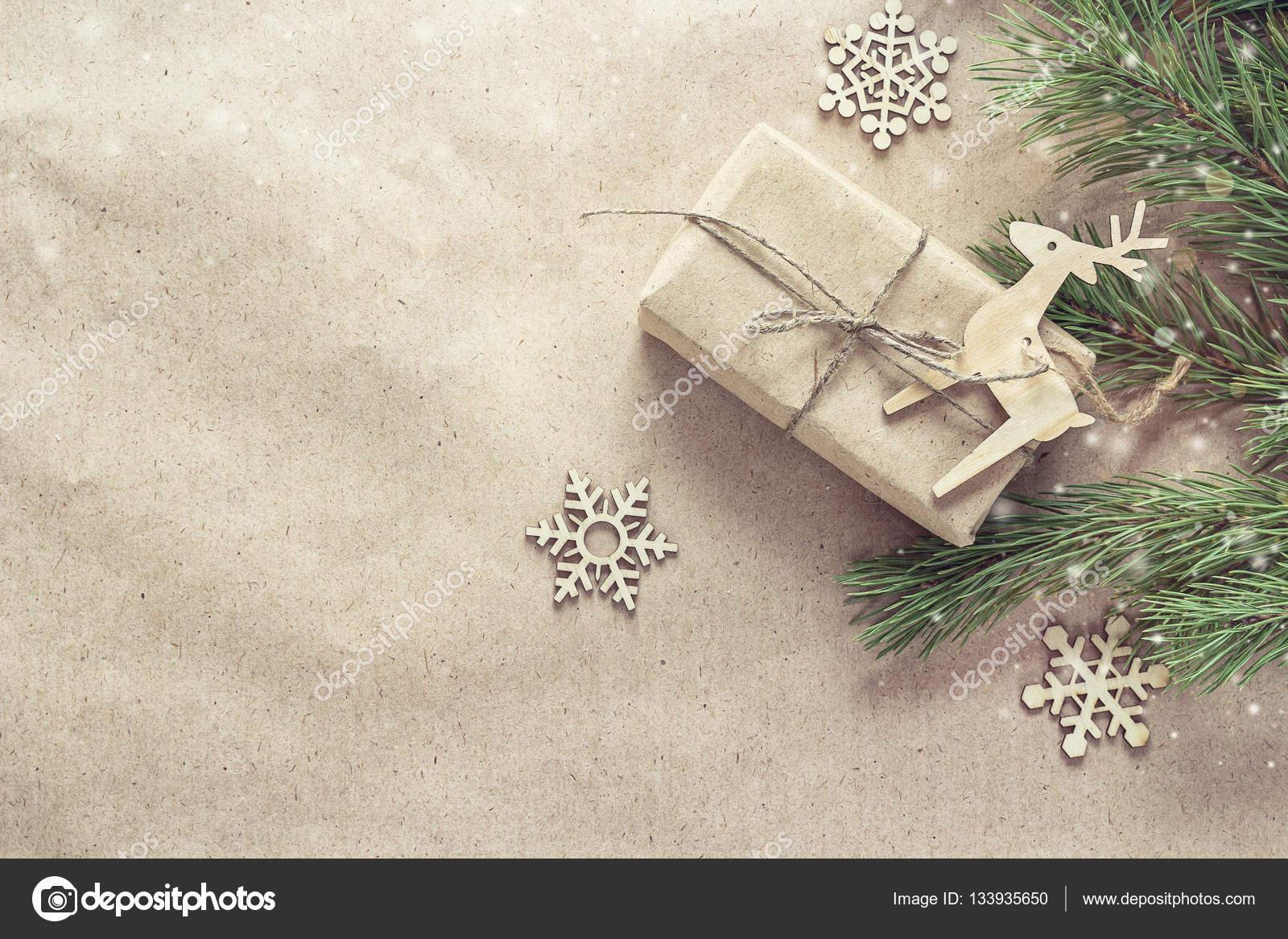 Weihnachtsgeschenk, Holzdekorationen und Niederlassungen auf braune ...