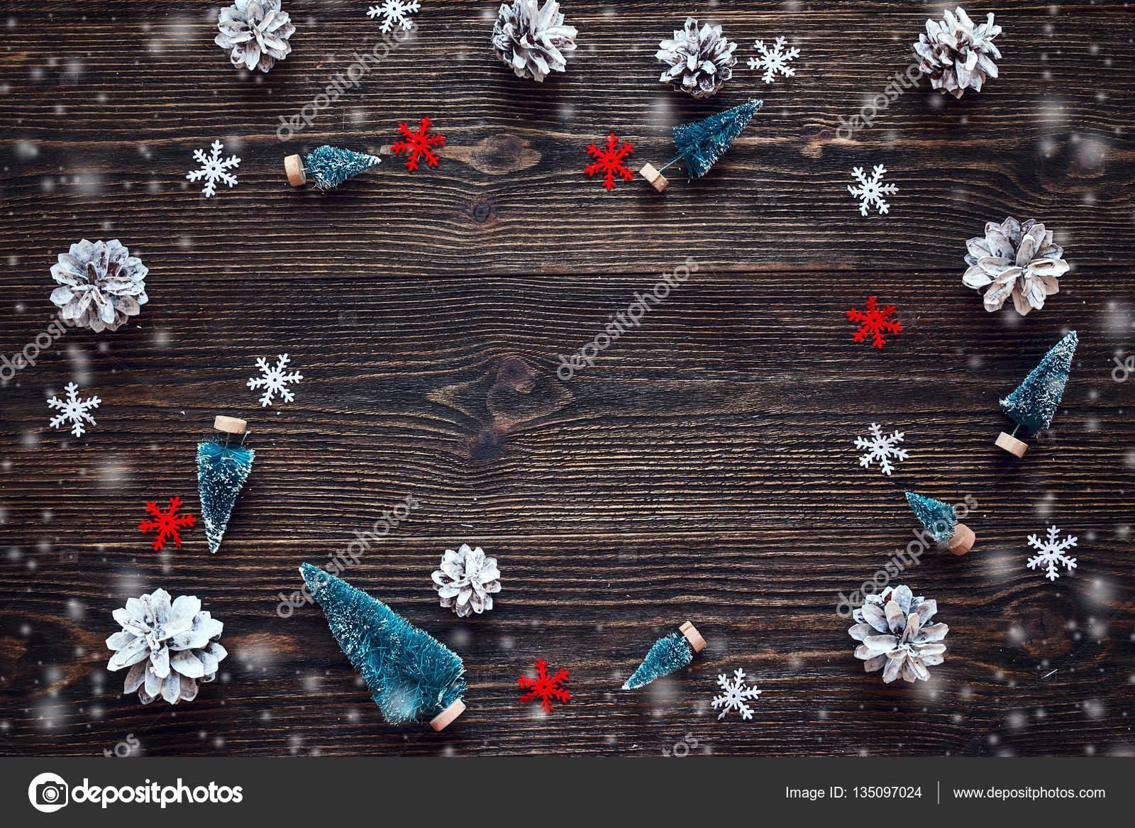 Marco de piñas de abeto miniatura en madera oscura estilo rústico ...