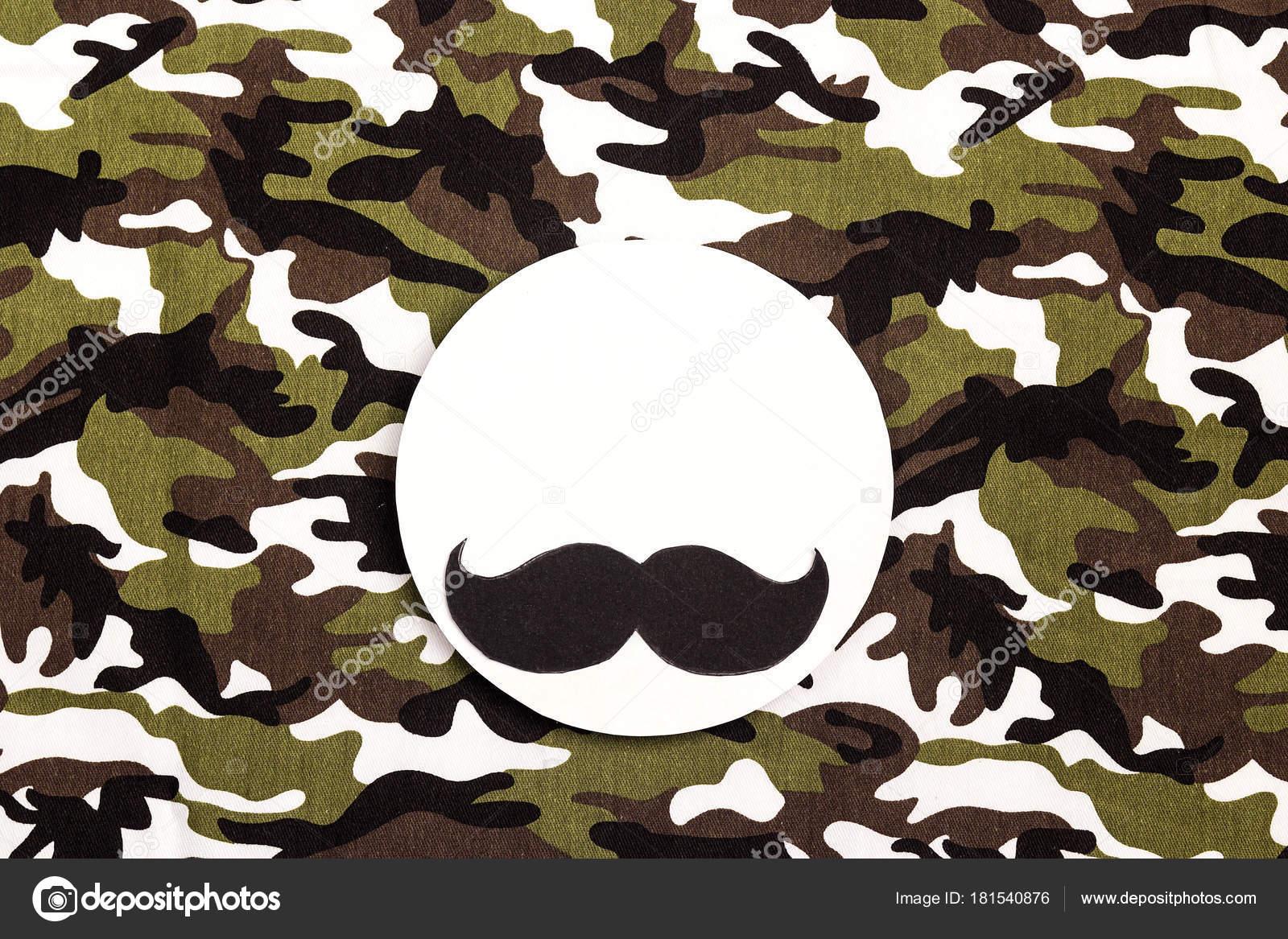 Weißer runder Rahmen mit Schnurrbart auf militärische Tarnung ...