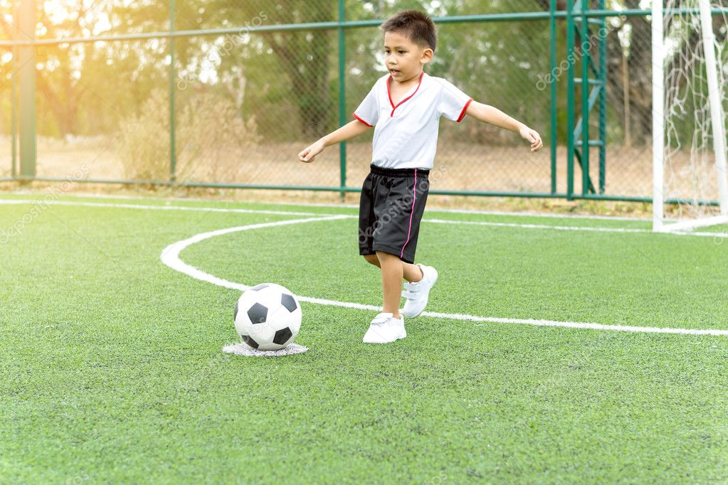 Imagenes Un Muchacho Jugando Futbol El Muchacho Estaba Jugando