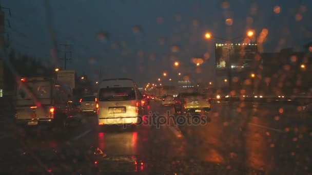V heavy rain a tmavé
