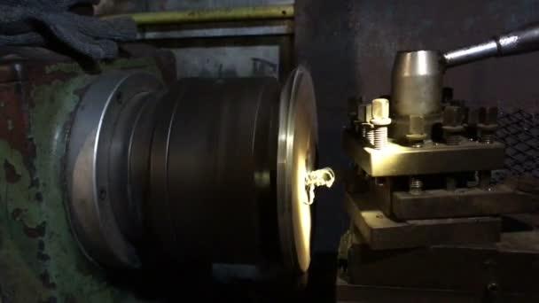 Dokončovací obrábění kovů na soustruh bruska stroje v dílně
