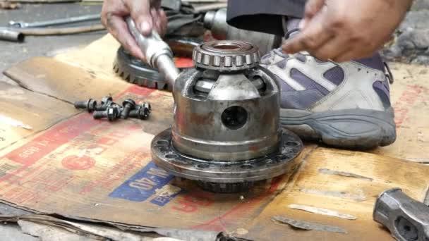 Technici používají nástroje k demontáži převodů hnacího hřídele automobilů k výrobě náhradních dílů a opravám.