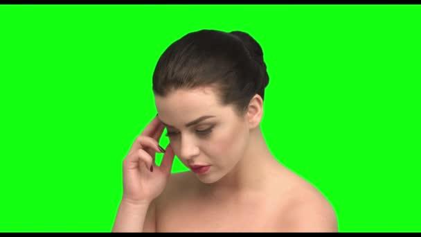 Myslí si o problému a najít řešení, brunetka na zelené obrazovce