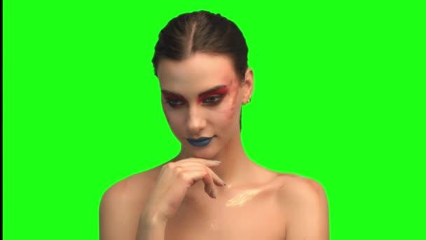 Gyönyörű barna arc közelről a zöld képernyő portré