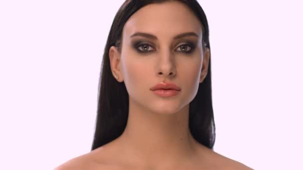 Gyönyörű fiatal nő. Mint fehér háttér. Nagyon szoros arc.
