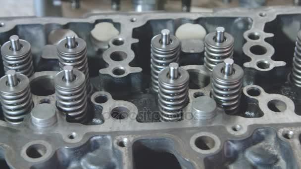 Dízel-motor. Motor javítás közelről. A kéz eszközzel.