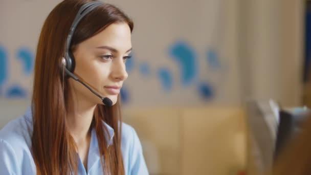 zákaznické podpory operátor blízko se portrét. Call centrum s úsměvem operátor s telefon headset
