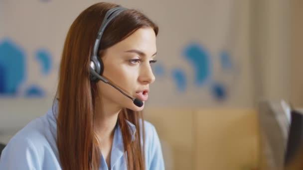 zákaznické podpory operátor blízko se portrét. Call centrum s úsměvem operátor s telefon headset.