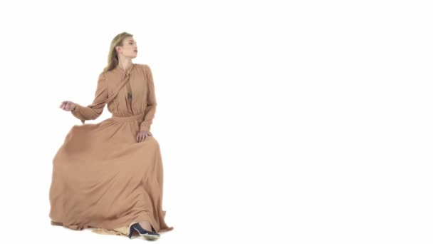 A repülő bézs ruha divat modell.