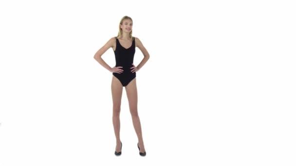 Modelka dívka pózuje na bílém pozadí