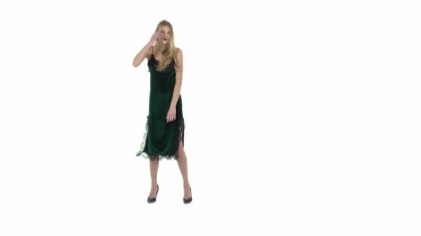 fehér alapon zöld ruhát divatmodell