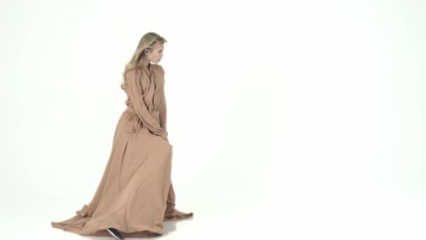 Modelka v létání béžové šaty. Zpomalený pohyb