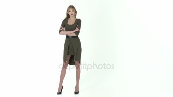 Modelka v zelených šatech na bílém pozadí