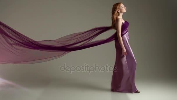 A repülő lila ruha divat-model. Lassú mozgás