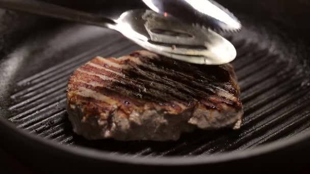 Detailní záběr na grilovaný steak na gril pánev