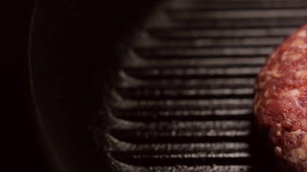 Syrové hovězí kotleta na grilu pánvi