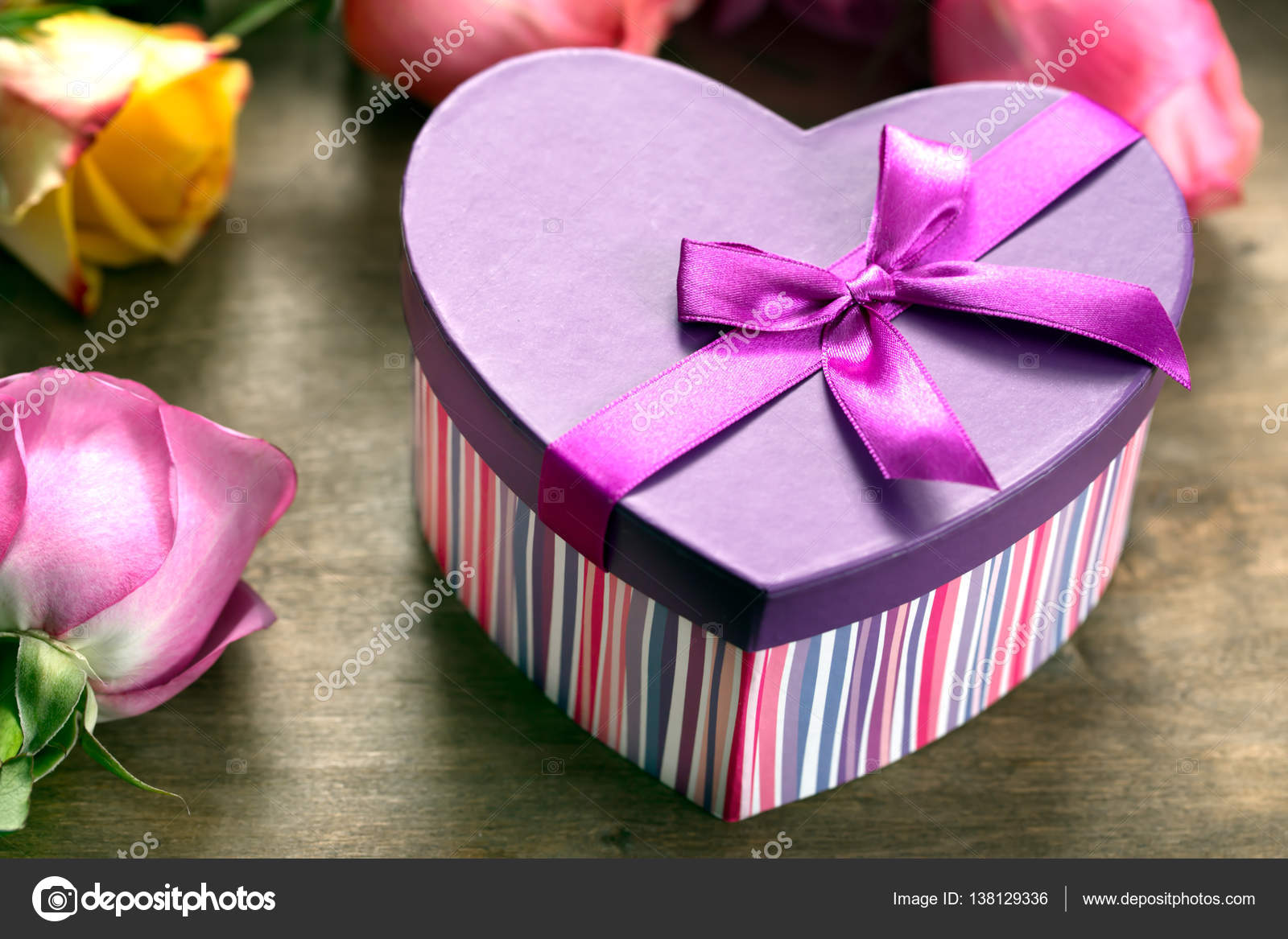 Box present, yellow and purple roses on the wooden table — Stock ...