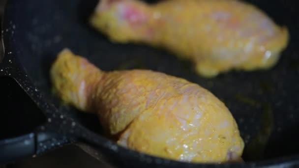 Organické bílé maso kuřecí maso v kari omáčce se připravuje na pánvi pomalu