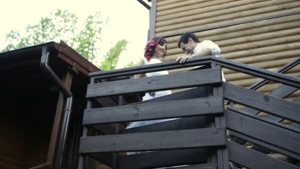 Pár na schodech a Neobjímej
