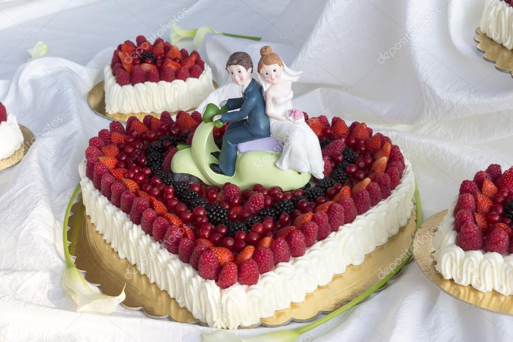 Nahaufnahme Von Hochzeitstorte Mit Beeren Und Sahne Stockfoto