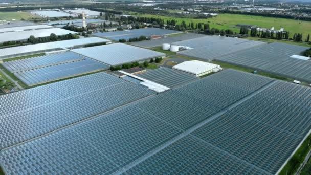 Létání nad velkým skleníkem s ovocem a zeleninou.